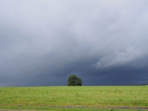 Dreigende wolken onderweg naar de Dordogne