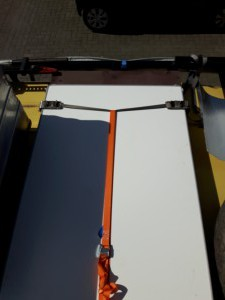 De tafel is te verwijderen door de oranje spanband los te halen...