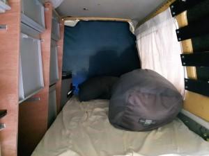 Een comfortabel bed achterin de auto
