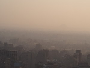 PA062770 - Piramides in de smog (Cairo Tower)