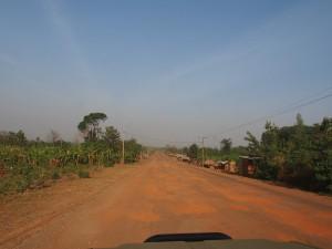 P1109799 - Kuilen in de weg naar Jinja