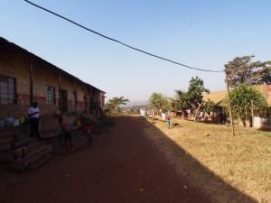 P1170392 - Soldatenbarakken bij Buganda paleis in Kampala