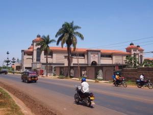 P1180429 - Leeg winkelcentrum Entebbe
