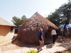 P1190618 - Trommelhut bij Kasubi graven Kampala