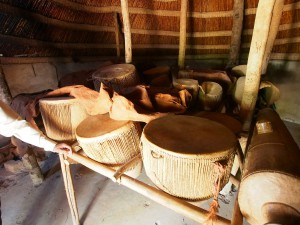 P1190621 - Trommelhut bij Kasubi graven Kampala