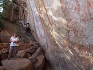 P1200692 - Patricia bij Nyero 2 rotstekeningen