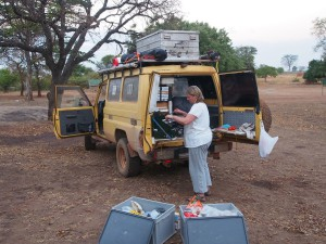 P1200703 - Patricia kookt bij Nyero rotstekeningen