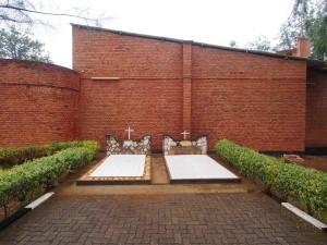 P2172679 - Graf Italiaanse missionaris Nyamata Memorial Church