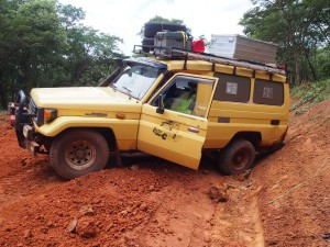 P2233008 - Vast in greppel onderweg naar Mpanda