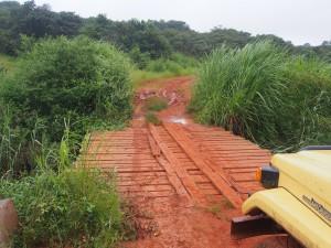 P3124535 - Weer zo'n houten bruggetje, onderweg naar Nkhotakota