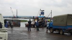 20170423 104303 - Vrachtwagen probeert Kazungula ferry op te komen