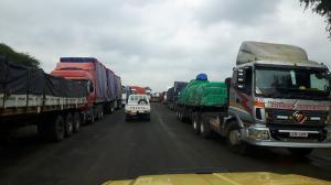 20170423 112748 - Wachtende vrachtwagens voor grens Botswana-Zambia