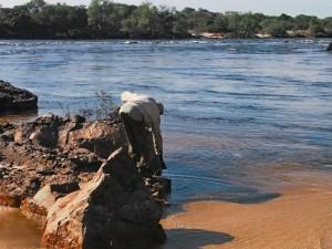 P4206773 - Emmertje water halen Boiling Pot Ngonye waterval