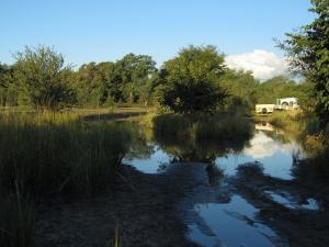 IMG 4348 - Rivier steekt de weg naar camping over