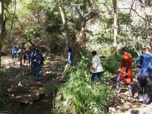 P5250390 - Met Botswanen door de Moremi Gorge