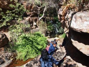 P5250408 - Met Botswanen door de Moremi Gorge