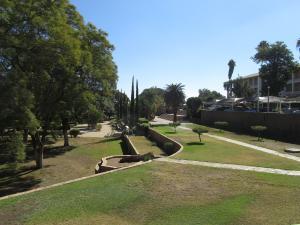 IMG 0078 - Tiuinen bij Parlementsgebouw, Windhoek