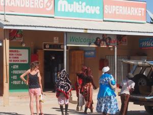P6081106 - Himbas bij supermarkt Uis