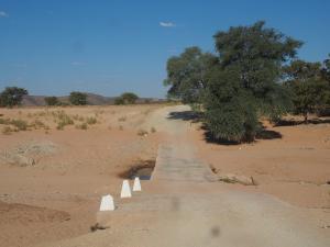 P6182001 - Rivierbedding onderweg naar Opuwo