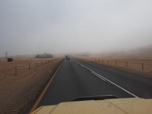 P6282700 - Binnenrollemde mist terug naar Swakopmund