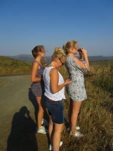IMG 3201 - De dames op de uitkijk voro olifanten Hluhluwe NP