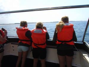 IMG 3349 - vlnr Reza, Nicole en Madelief op walvistocht