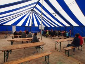 Presentatie in de grote tent.