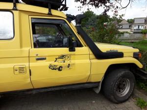 Het logo op het rechter portier