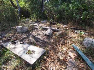 P1069667 - Afgebrand informatiehutje uitkijkpunt Kakamega Forest NR