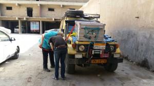 IMG-20161005-WA0018 - Stoeien om de kist op het dak te krijgen