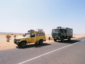 PB025049 - Water uitdelen langs woestijnweg