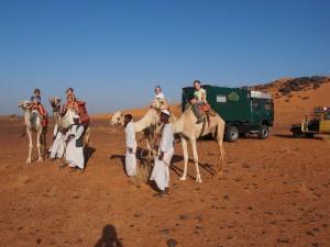 PB035106 - Kinderen rijden kameel in Meroe