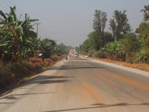 P1109806 - Snelheidsdrempels in de weg naar Jinja
