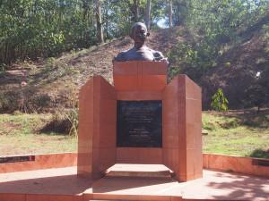 P1160336 - Ghandi monument bij Bron van de Nijl bij Jinja