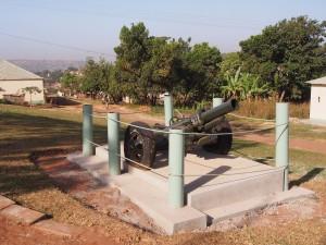 P1170384 - Kanon van Idi Armin gegeven door Ghadaffi
