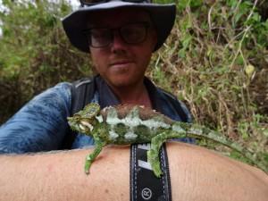 DSC04557 - Bjorn met kameleon bij Sipi Falls