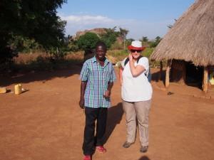 P1210712 - William en Patricia village walk bij Nyero rotstekeningen