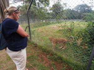 P1301666 - Patricia en leeuwtje Entebbe dierentuin
