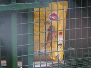 P1301766 - Hondenvoer voor jachtluipaarden Entebbe dierentuin