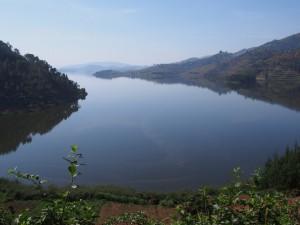 P2122337 - Uitzicht over Bunyoni meer
