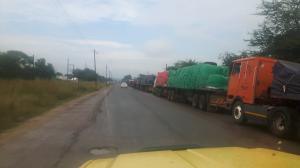 20170423 101420 - Wachtende vrachtwagens voor de grens van Zambia-Botswana