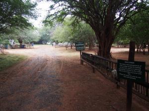P4236872 - Waarschuwingsborden camping Kasane