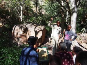P5250393 - Met Botswanen door de Moremi Gorge