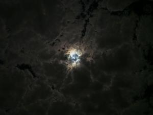 P6050954 - Maan breekt door de bewolking, kampje Spitzkoppe