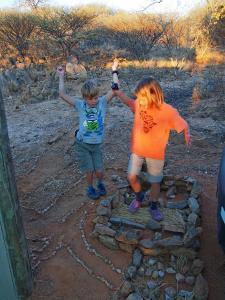 P6232211 - De kinderen bouwen een fort