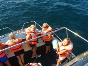 IMG 3433 - Madelief, Nicole en Reza op walvistocht